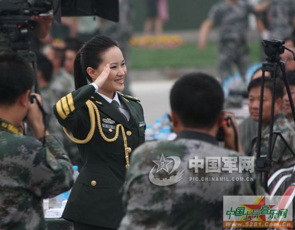 战友们辛苦了!演员们向阅兵部队官兵敬礼.乔天富-总政歌舞团慰问